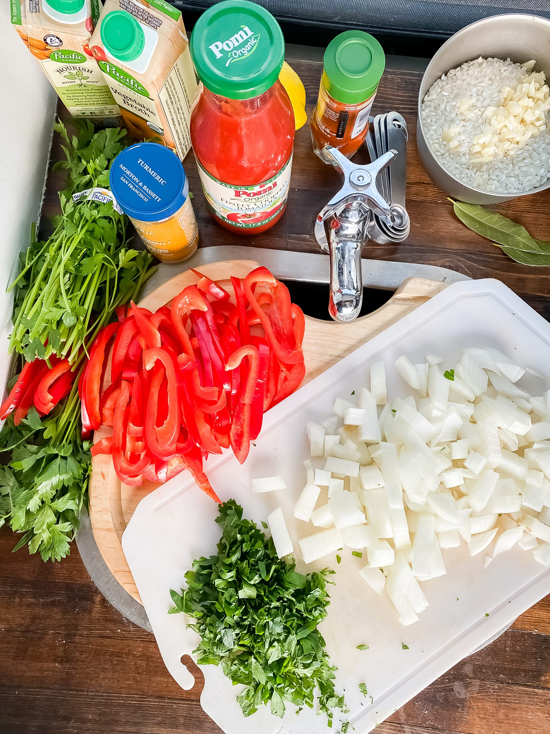 The 10 main ingredients and spices you need to make an easy paella recipe.